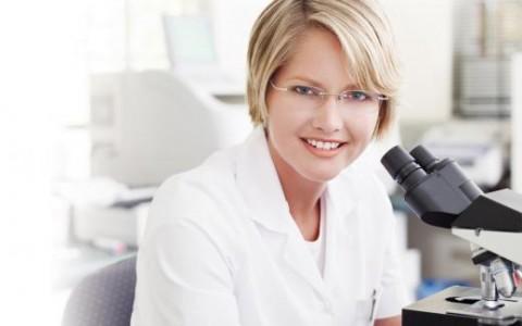Badanie żywej kropli krwi za pomocą mikroskopu
