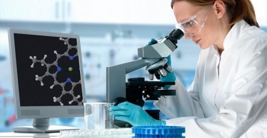 Lekarz w laboratorium bada krew za pomocą mikroskopu