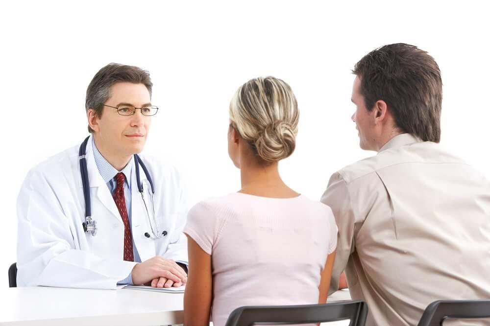 Мужчина и женщина на приеме венеролога