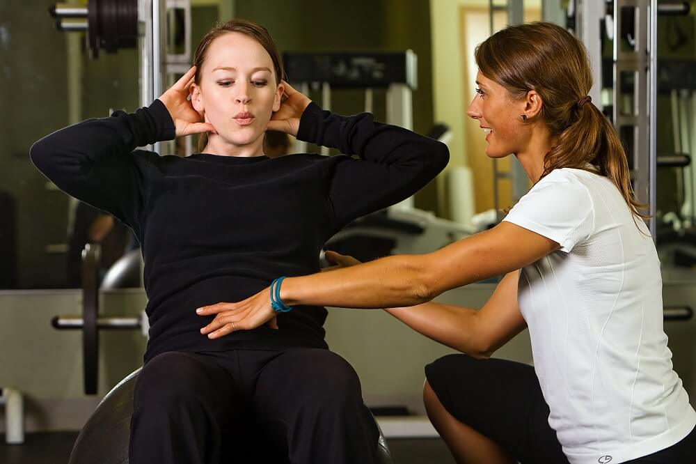 trening mięśni brzucha z trenerem indywidualnym