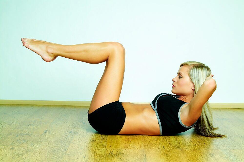 kobieta trenująca mięśnie brzucha