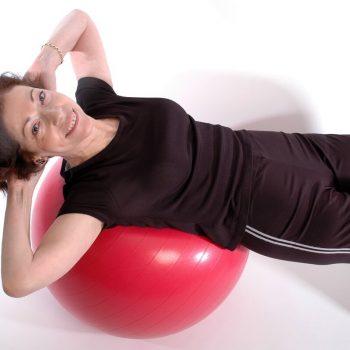 ćwiczenia na brzuch na piłce