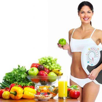 kobieta zadwolona z brzucha bez tłuszczu
