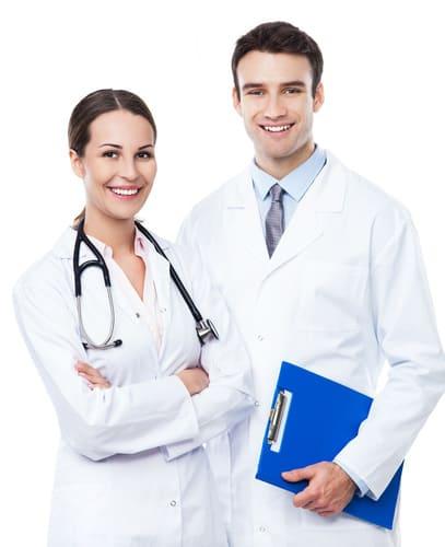 lekarze przeprowadzający badania laboratoryjne