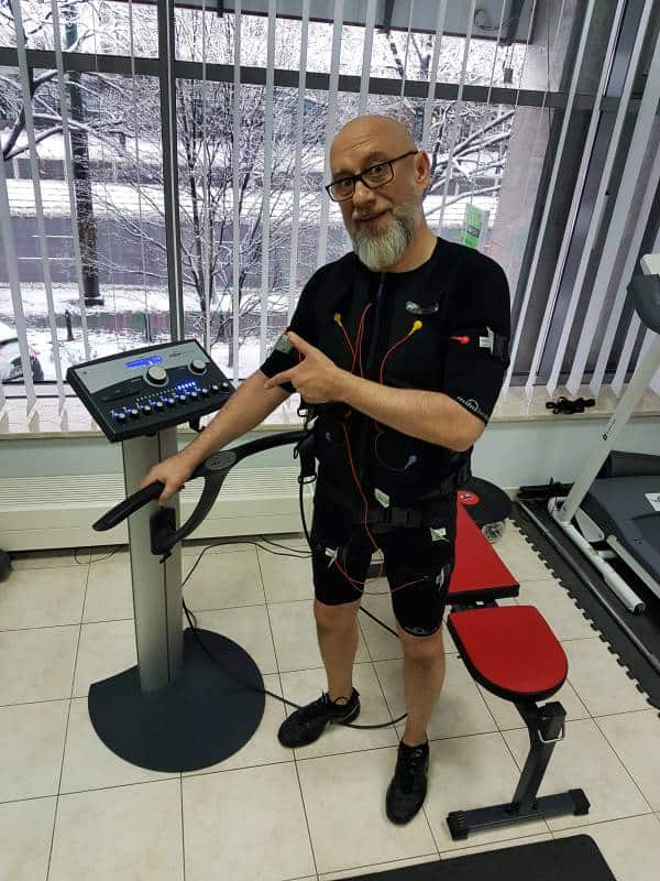 starszy pan na treningu EMS